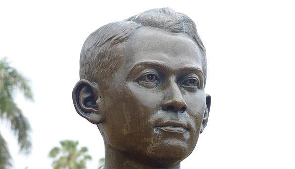 Statue Figurine Gentleman Face Expression Man Memo