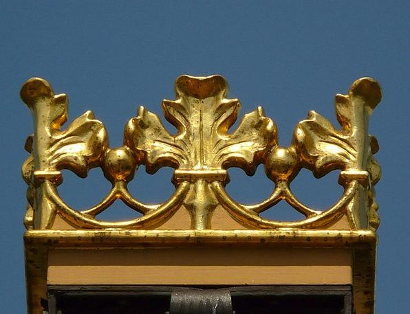 Crown Top Metallic Gold Gilded Metal Iron Firm Sky