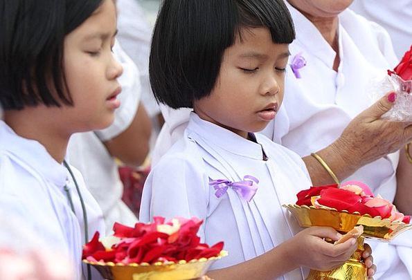 Girls Lassies Monk Friar Buddhists Bangkok Rose Pe