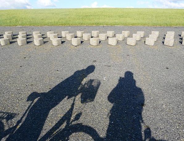 Dike Bank Shadow Gumshoe Dike Road Cycling Shadow