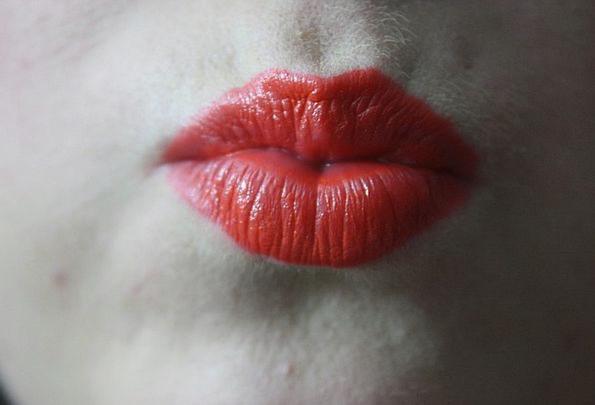 Kiss Caress Fashion Celebratory Beauty Lipstick Bl