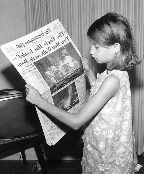Newspaper Paper Newscast Read Recite News Moon Lan